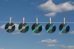 Cinq Cd sur cordes à linge Photos stock