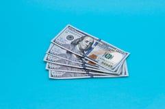 Cinq cents dollars américains dans les factures de cent dollars sur un fond bleu photo stock