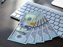 Cinq cents dollars sur le clavier Image stock