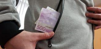 Cinq cents factures d'euro dans une poche de l'homme blanc photos stock