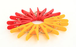 Cinq chevilles rouges et cinq jaunes situées autour Images stock