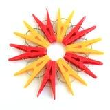 Cinq chevilles rouges et cinq jaunes situées autour Image stock
