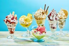 Cinq diffèrent des parfaits de crème glacée de saveur photos stock