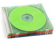 Cinq disques compacts colorés dans la caisse CD en plastique Image libre de droits