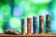 Cinq, dix, vingt, cinquante et cent euros ont roulé le bankn de factures Image stock