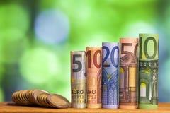 Cinq, dix, vingt, cinquante et cent euros ont roulé le bankn de factures Photo stock