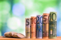 Cinq, dix, vingt, cinquante et cent euros ont roulé le bankn de factures Image libre de droits