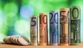 Cinq, dix, vingt, cinquante et cent euros ont roulé le bankn de factures Photographie stock