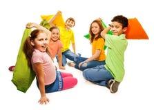 Cinq enfants dans le combat d'oreiller Photographie stock libre de droits