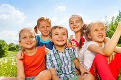 Cinq enfants drôles sur un pré Images libres de droits