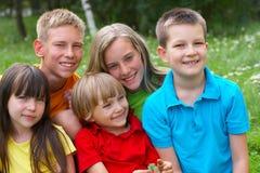 Cinq enfants heureux Photographie stock