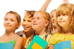 Cinq enfants heureux avec le portrait de sourire Photos stock