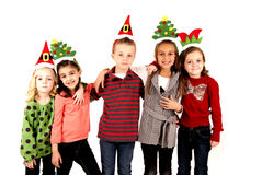 Cinq enfants mignons dans des chapeaux de Noël arment dans le bras Photographie stock libre de droits
