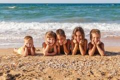 Cinq enfants sur la plage Image libre de droits