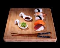 Cinq espèces des sushi de poissons sur le conseil en bambou Photos stock