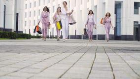 Cinq femmes attirantes d'affaires marchant dans la ville banque de vidéos