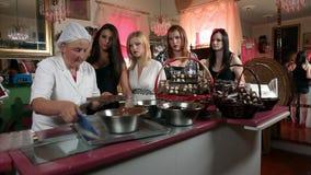 Cinq femmes faisant et préparant des pralines de chocolat banque de vidéos