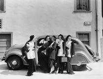 Cinq femmes se tenant devant une voiture (toutes les personnes représentées ne sont pas plus long vivantes et aucun domaine n'exi photos libres de droits