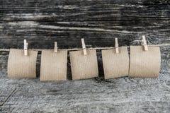 Cinq feuilles de papier brunes photos libres de droits