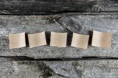 Cinq feuilles de papier brunes photo stock