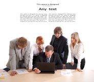 Cinq gens d'affaires travaillent en équipe Image stock