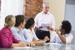 Cinq hommes d'affaires lors du contact de salle de réunion Photos stock
