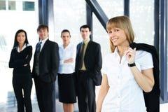 Cinq jeunes gens d'affaires restent en équipe Images stock