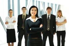 Cinq jeunes gens d'affaires restent en équipe Photo libre de droits