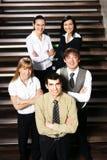 Cinq jeunes gens d'affaires restent en équipe Images libres de droits