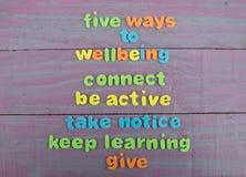 Cinq manières au bien-être sur le fond en bois de panneau Photographie stock libre de droits