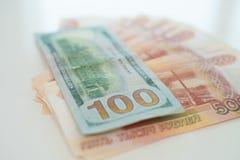 Cinq mille roubles et cent dollars Le concept du commerce, le concept du taux de change photos libres de droits