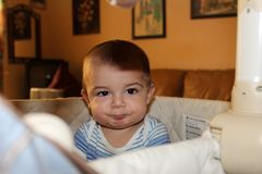 Cinq mois de bébé garçon dans le berceau Images stock