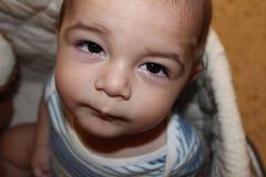 Cinq mois de bébé garçon dans le berceau Image stock