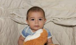 Cinq mois de bébé garçon dans le berceau regardant l'appareil-photo Photographie stock libre de droits