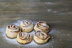 Cinq morceaux délicieux et rose cuite au four par bonbon ont formé la pâtisserie avec de la garniture d'aux pommes sur le fond en Image stock