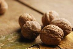 Cinq noix sur la table de chêne Photographie stock