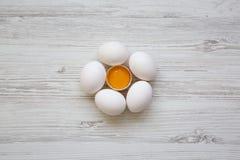 Cinq oeufs de poulet et oeuf moitié-cassé, vue supérieure photo libre de droits