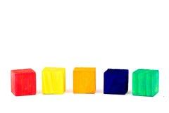 Cinq ont coloré des cubes d'isolement sur le fond blanc Images libres de droits