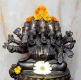 Cinq ont fait face à Ganesh Murti avec des fleurs Image stock