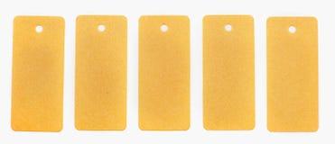 Cinq ont réutilisé les étiquettes de papier avec un carnet d'isolement sur le fond blanc Photographie stock