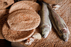 Cinq pains de pain et de deux poissons Image stock