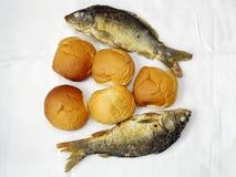 Cinq pains, et les deux poissons Photographie stock