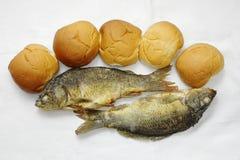 Cinq pains, et les deux poissons Images libres de droits