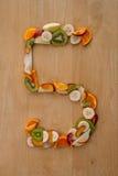 Cinq par jour ! Numéro 5 en fruit frais pour une alimentation saine. Photographie stock libre de droits