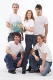 Cinq personnes avec un globe Image stock
