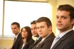 Cinq personnes d'affaires à une conférence, verticale Photographie stock
