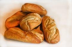 Cinq petits pains bruns faits à la maison photo stock