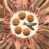 Cinq petits pains d'orge et deux petits poissons pour beaucoup de mains Photo stock