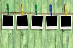 Cinq photos en blanc sur la corde à linge Image libre de droits