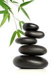 Cinq pierres noires et bambou Photographie stock